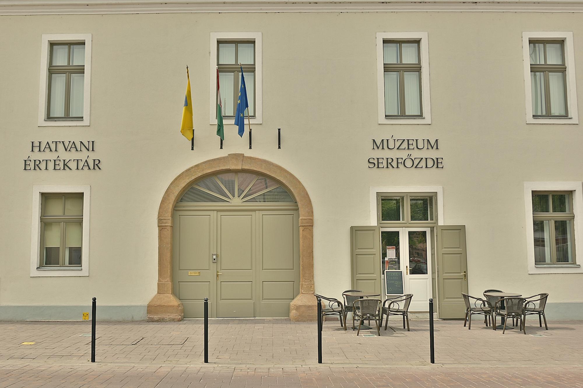 A felújított Hatvany Lajos Múzeum és Értéktár több különleges kiállításnak is helyet ad és a Serfőzdében helyben készült sört kóstolhat.